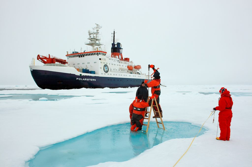 Using an ice drill to measure sea ice thickness. - © Alfred Wegener Institute / Stefan Hendricks