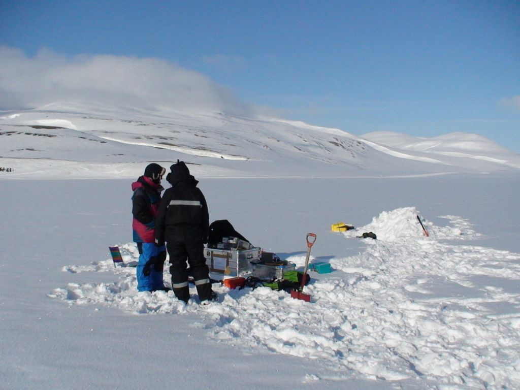 Measuring snow albedo in Svalbard, Norway - © Florent Dominé