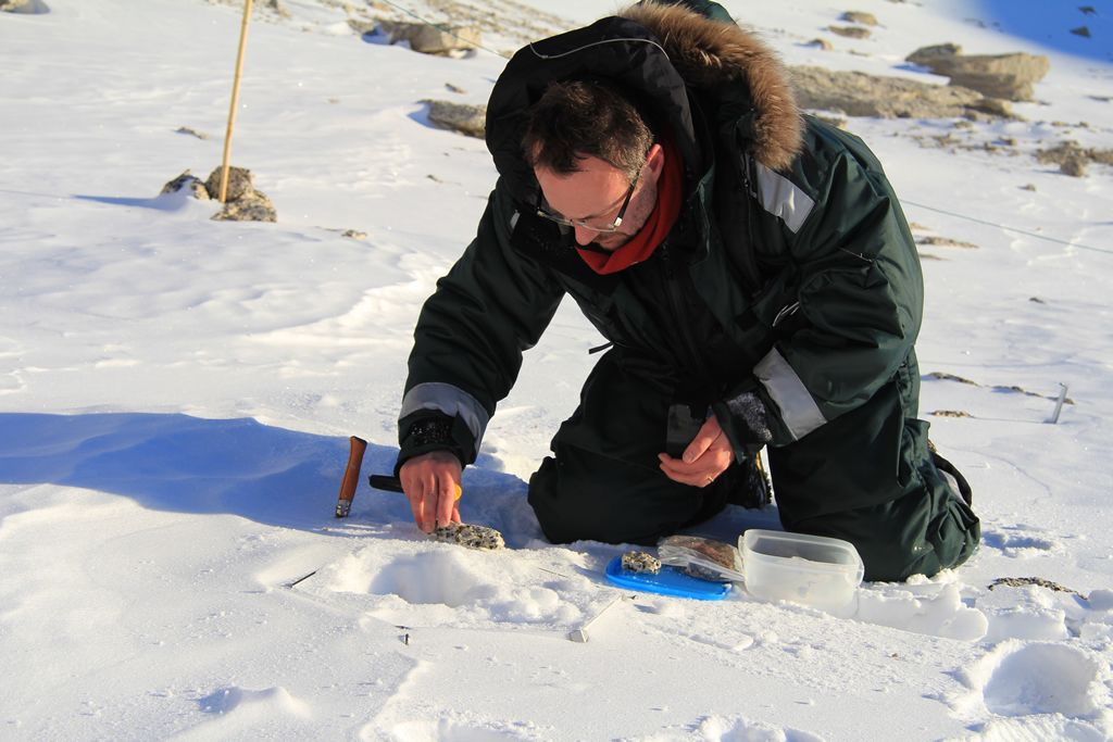 2008 laureate Elie Verleyen taking samples of microbes during a field expedition. - © René Robert