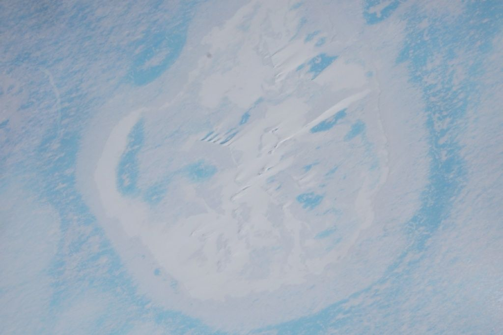 Aerial view of the circular structure researchers working for the Alfred Wegener Institute discovered on King Baudouin Ice Shelf. Scientists are now leaning towards the hypothesis that it is an ice doline. - © Alfred Wegener Institute