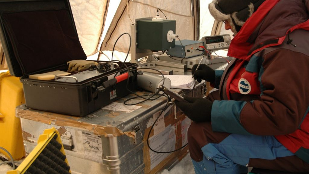 Florent Dominé from the CNRS measuring the albedo of snow samples in the Arctic